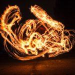 神聖な火を全身で受止め大人の仲間入りを果たす「川名ひよんどり」